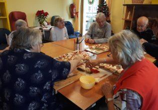 Příprava narozenin prosincových oslavenců Domova důchodců